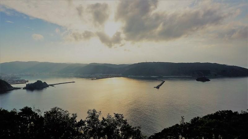 港を見下ろす夕暮れ時が最高。大熊展望公園でのんびり名瀬の街を眺めよう:アイキャッチ
